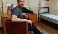 Зукерберг 13 йилдан сўнг Facebook яратилган ётоқхонага ташриф буюрди
