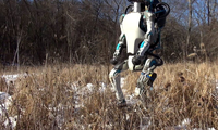 Одамсимон робот ўнқир-чўнқирда ҳам ҳаракатланиш лаёқатига эга бўлди