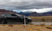 Tesla эгаси чўлда уяли тармоқ йўқлиги сабаб автомобилни ўт олдиролмади