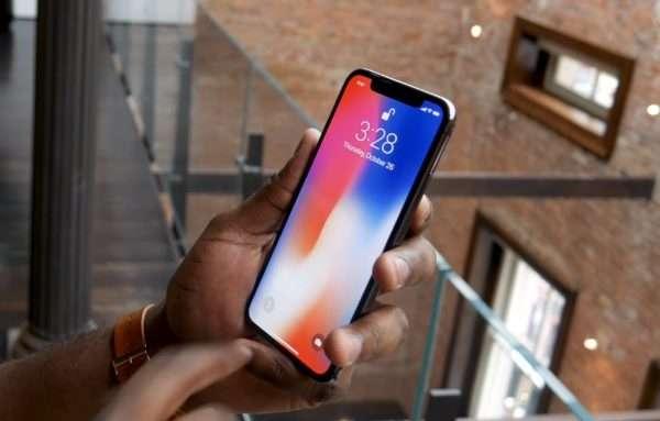 Эгизаклар iPhone X'ни блокировкадан чиқаришга уринишди (видео)