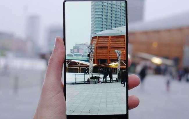 Xiaomi бош директори Mi MIX 2'нинг қутисини кўрсатди