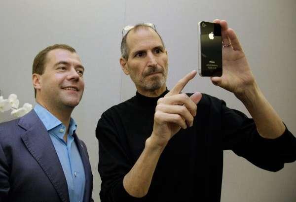 Бу гал Дмитрий Медведевнинг янги смартфони фош бўлди