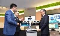 """Президент """"Huawei"""" компаниясининг Инновациялар марказида бўлди"""