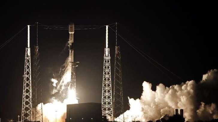 SpaceX учинчи уринишдан Falcon 9 ракетасини 60 та сунъий йўлдош билан бирга учирди