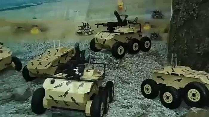 ВИДЕО: Эрон армияси ўз жанговар роботлари билан мақтанмоқда