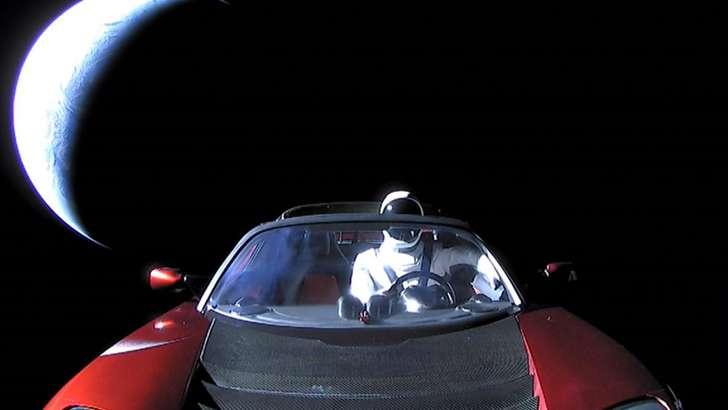 Tesla машинаси фазода 1,2 млрд. километр масофани босиб ўтди