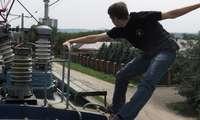 Чирчиқда вагон устида селфи қилмоқчи бўлган йигитни 27 минг вольтлик ток урди (видео)
