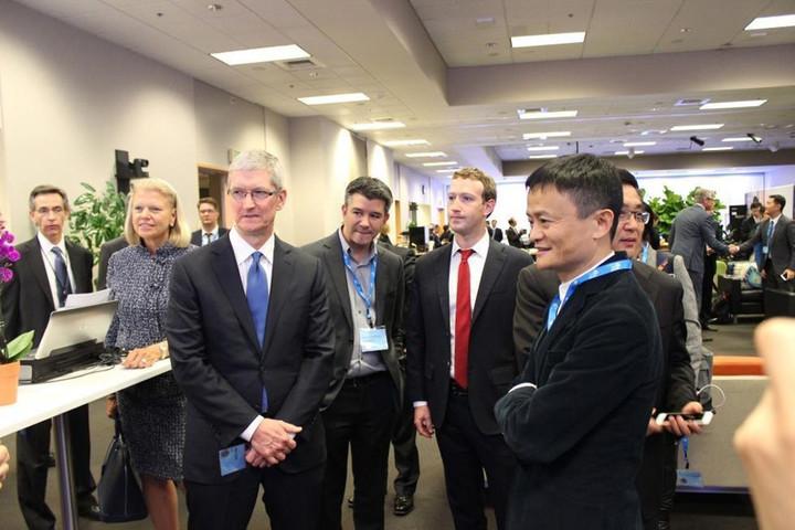 Жек Ма,Тим Кук ва Марк Цукерберг АҚШдаги интернет форумида. Фото:«Crienglish.com»