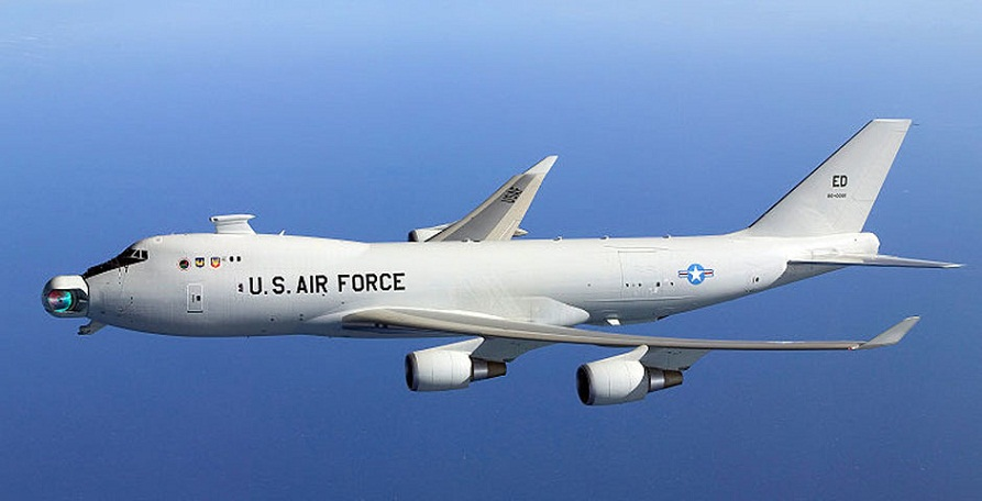 Boeing YAL-1 экспериментал жанговар самолёт бўлиб, бортдаги кучли лазер воситасида душман объектларини йўқ қила олади. US Missile Defense Agency / Wikimedia / Public domain фотоси
