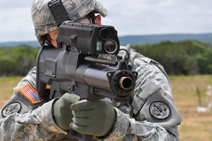 АҚШ аскари XM25 CDTE гранатометини синамоқда. The U.S. Army / Wikimedia / Public Domain фотоси
